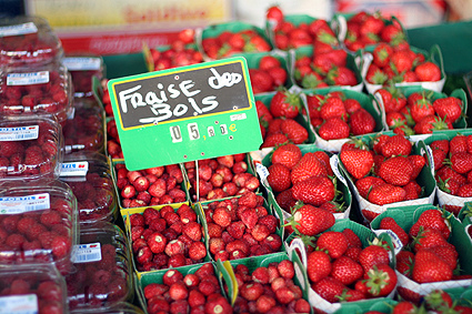 strawberries fraises de bois and regular in a market